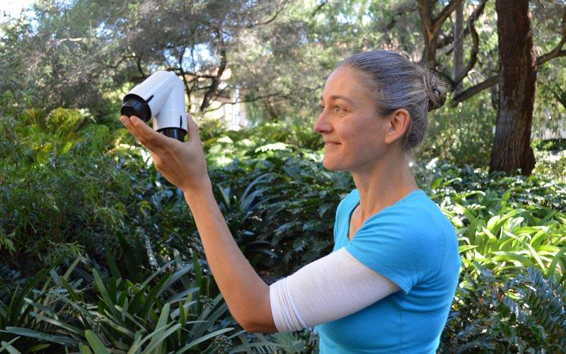 Dr. Monica Gagliano drži pripomoček, s katerim je dokazala, da ima sramežljiva mimoza spomin.
